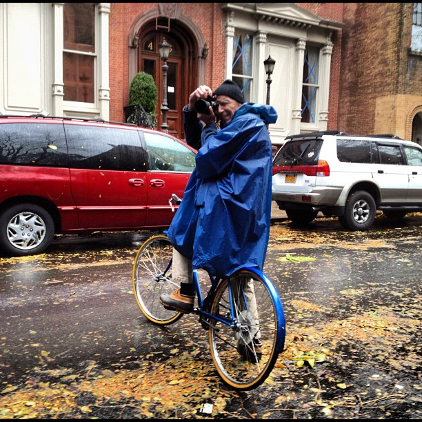 austinkleon :      Bill Cunningham taking photos during Sandy  (via  pennydelossantos )   Filed under:  Bill Cunningham