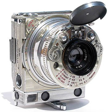 This compact 35mm camera was one of the most technically advanced gadgets of 1930s.   (via  Jaeger LeCoultre Compass (Monoscope)    )