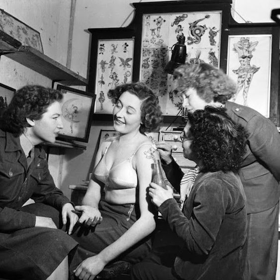 http://www.neatorama.com/2018/01/22/Vintage-Photographs-Of-Women-Getting-Tattoos/