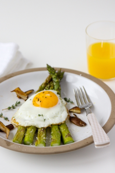 FRIED EGG WITH ROASTED ASPARAGUS, SHITAKE MUSHROOMS