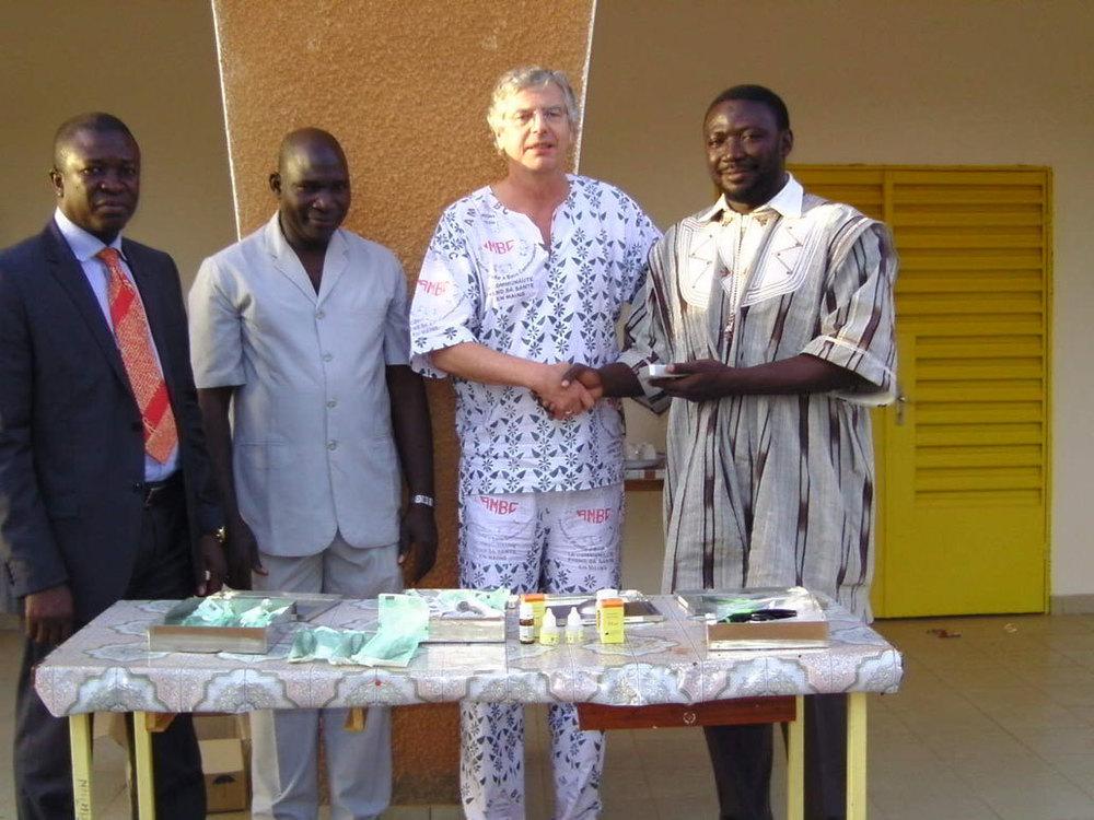 Burkina-Faso_Dentalmaterialuebergabe.jpg