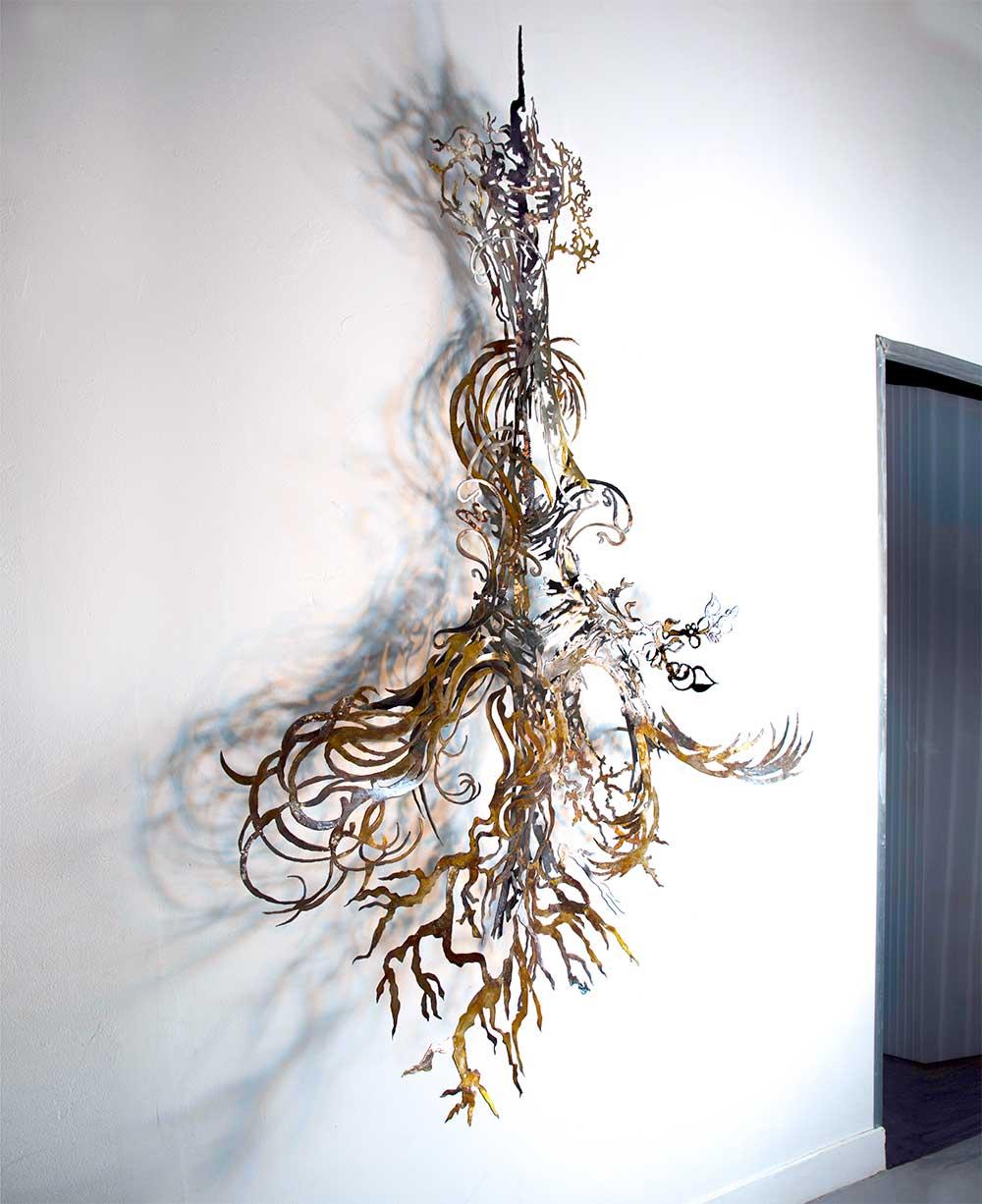 TOUR-RACINE,   Sculpture murale en haut relief - Acier brut, goudron et vernis - H170cm -