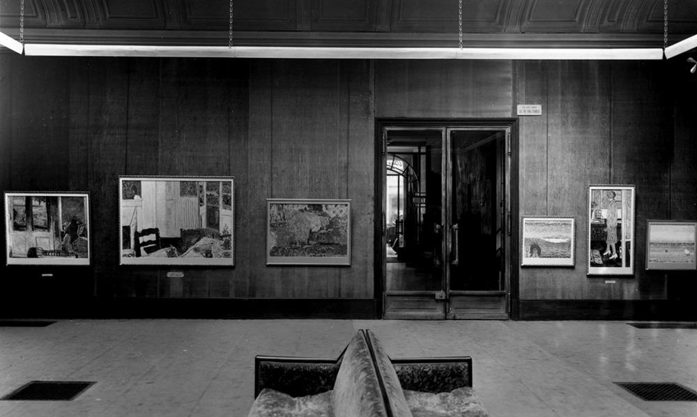 """Photographie d'accrochage de l'exposition «Bonnard» 1933, chez Bernheim-Jeune où furent exposées 26toiles. - Photography hanging of the exhibition """"Bonnard"""" 1933 at Bernheim-Jeune which were exhibited 26 paintings."""