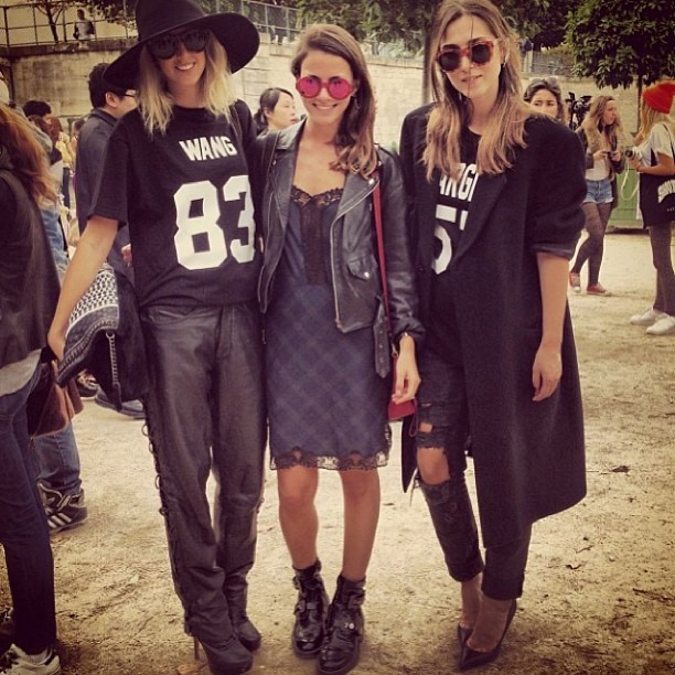 les artists t-shirts 😍 w/@liamakrigeni and my ultimate fashion week partner @zinafashionvibe at jardin des tuilerie