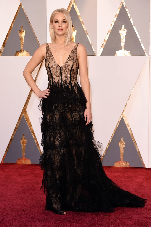 Jennifer-Lawrence-Oscars-2016-Red-Carpet-Vogue-28Feb16-Rex_b.jpg