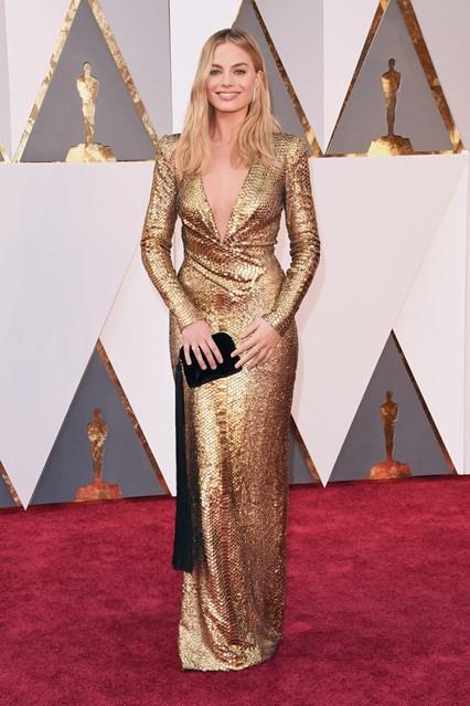 Margot-Robbie-Oscars-2016-Red-Carpet-Vogue-28Feb16-Getty_b_426x639.jpg