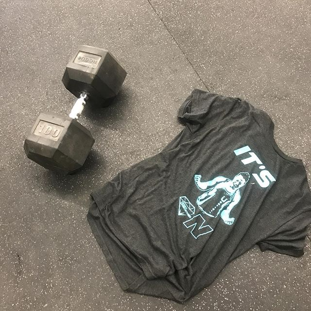 Nothing like some #100 snatches to break in the new shirt! . Thanks @kentswife90 and @knottybynature90 for being awesome drop-ins! You're apart of the CFV fam now and are welcome anytime. . @crossfitunscathed you've got some pretty rad athletes. And damn that dude can run 🏃 . #crossfit #crossfitcommunity #boxtobox #welovedropins #cfv