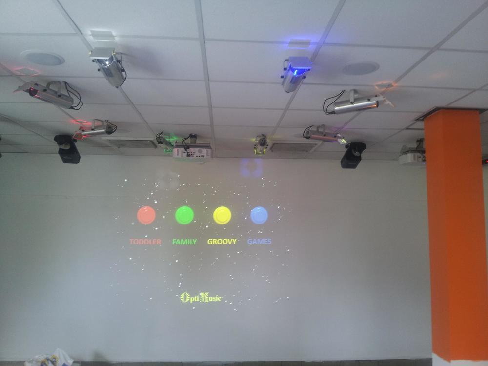 Lysstrålene i OptiMusic kan brukes til å aktivere det som skjer på veggen.