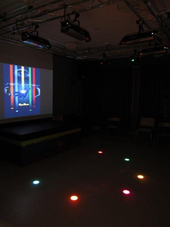 I mørket blir lysstrålene tydeligere og bidrar til en sanseopplevelse.