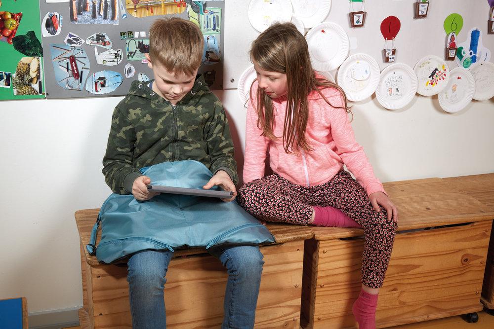 Kneteppet i veskeform passer fint for barn og ungdom.