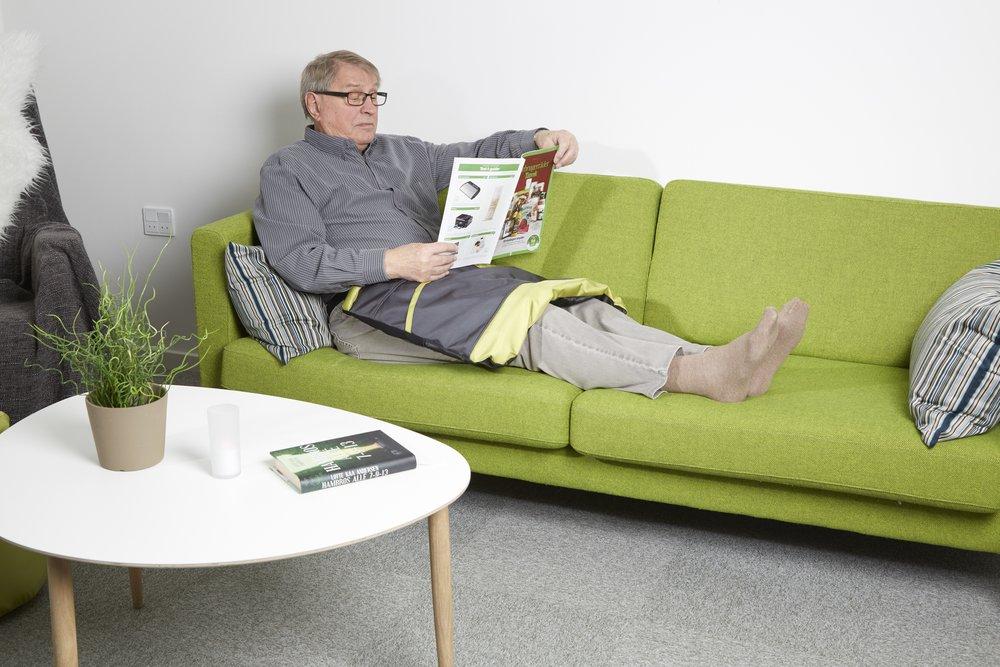 Kneteppet for voksne eldre kan brukes i sofaen, ved spisebordet eller i en rullestol.