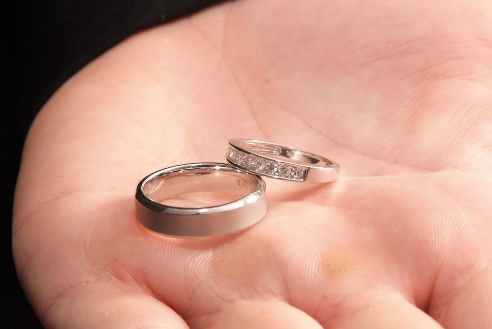 wedding-rings-in-the-hand