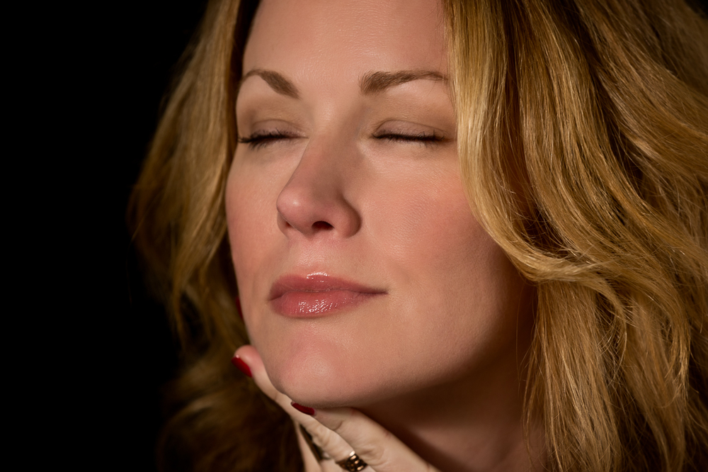 "Allison Moorer listens to  Leon Russell ""A Song For You""                               2/2"