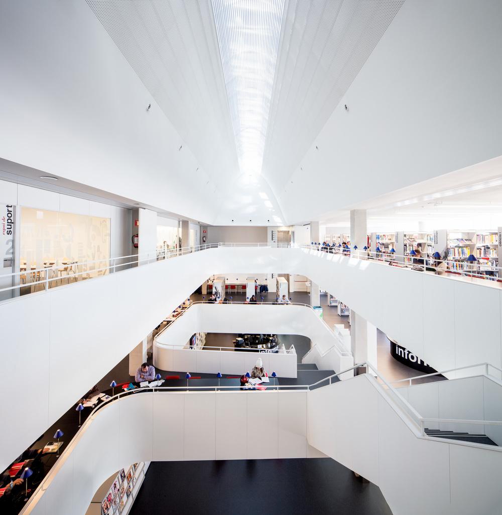 Biblioteca Esquerra de l'Eixample - Agustí Centelles, Edifici Collage  (Rahola Vidal Arquitectes)
