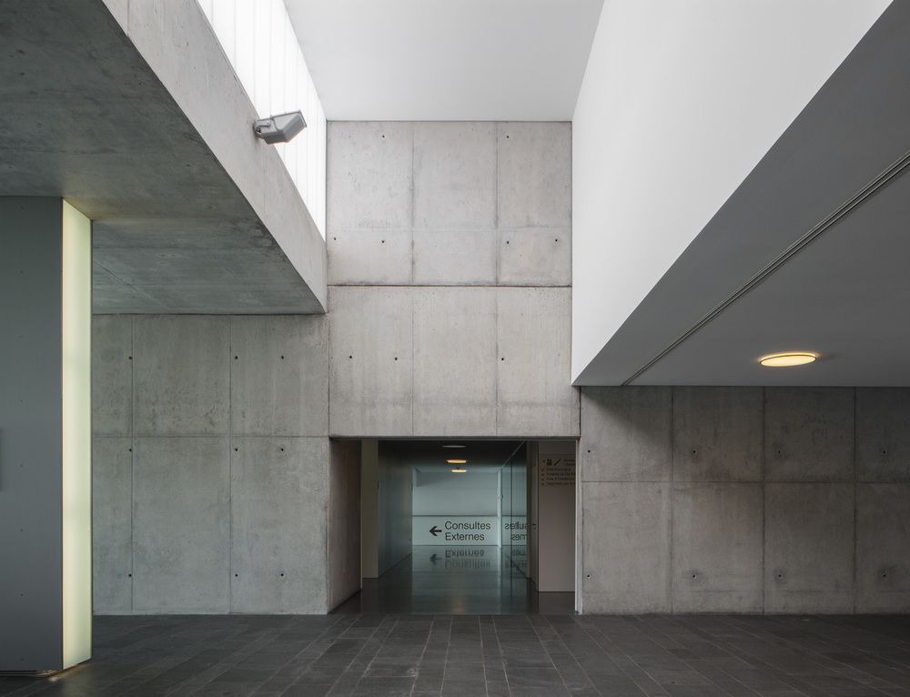Entrance hall, access to medical consultation areas.