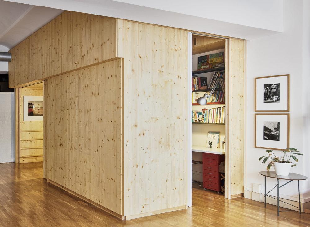 L'Habitació Moble és un sistema que permet a partir d'un sol volum construït, configurar nombroses disposicions d'habitació per a infants. Construïnt plans a diferents nivells es generen relacions espacials complexes i usos il·limitats.     +Info
