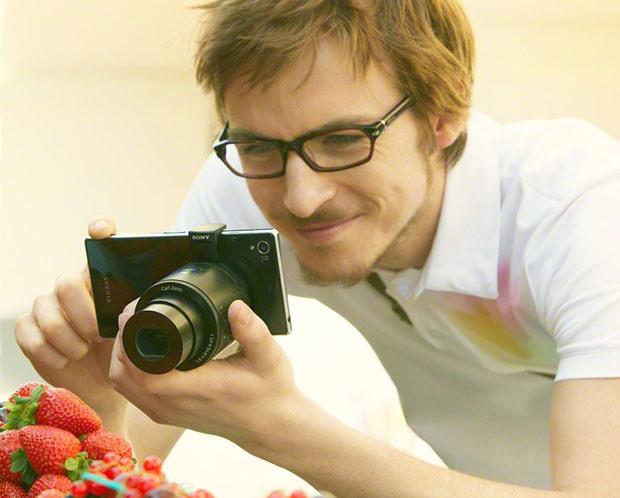 lenscamholding.jpg