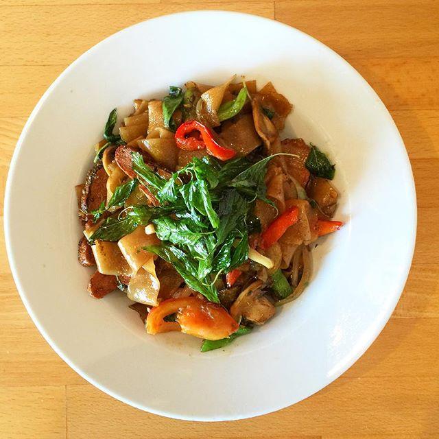 KeeMoa 👉🏻 Drunken Noodles 👉🏻 Spicy Basil Noodles 😋 #mybegangold #keemoa #drunkennoodles #drunken #noodles #spicybasilnoodles #spicy #basil #noodles #vegan #veganfood #whatveganseat #plantbased #govegan #veganism #vegetarian #veganforever