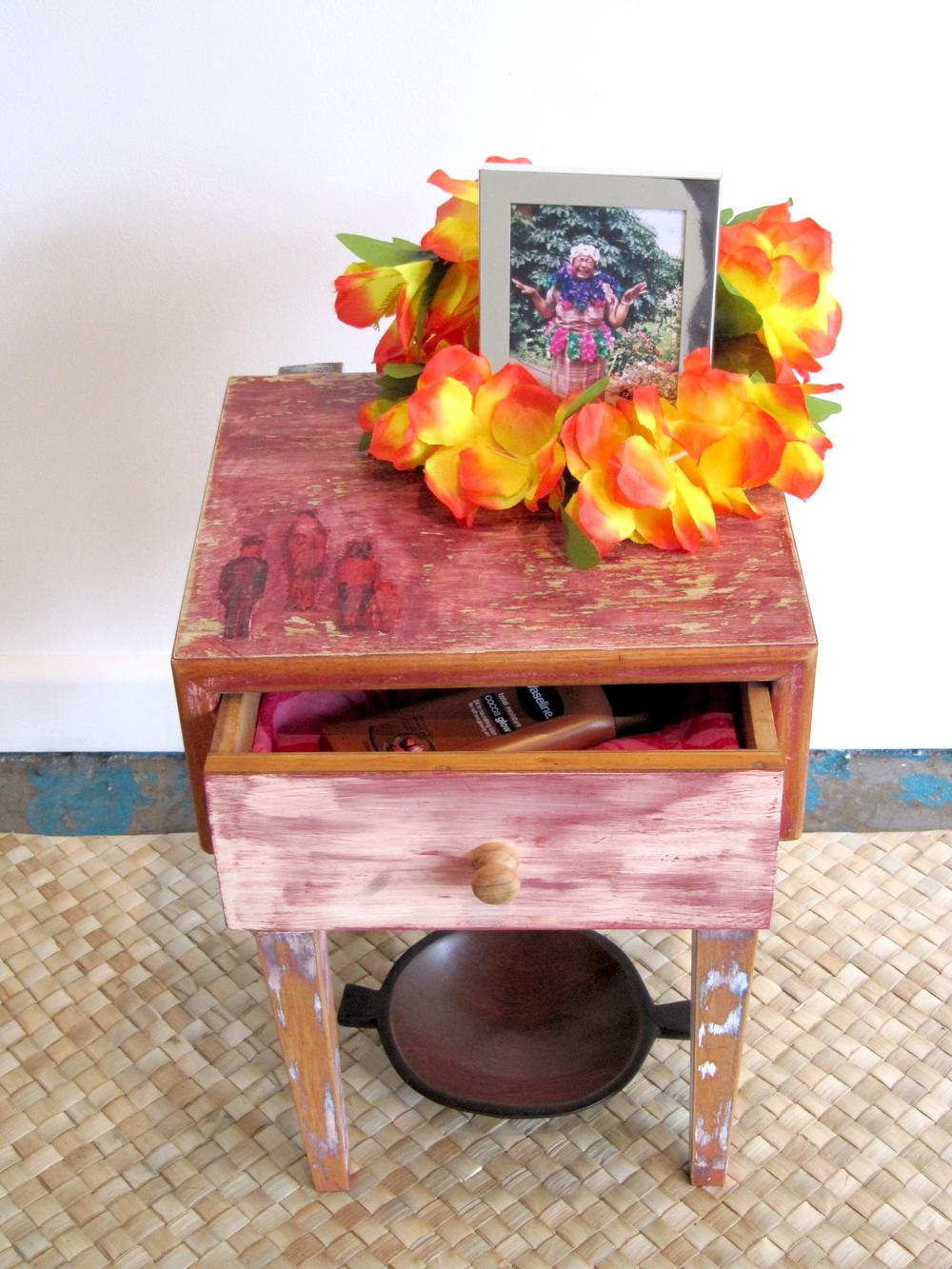 'O 'ie fala mo la'u tinā Nātia | Fine mats for my grandma Nātia (detail), Léuli Eshraghi, pandanus mat, wooden table, tānoa kava bowl, photo frame, 'ula lei, cacao cream, 'ie lavalava, 2012