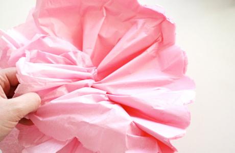 Dra ut varje papper försiktigt, en efter en. När du är färdig med det så kan du puffa till bollen så den blir jämn och fin.