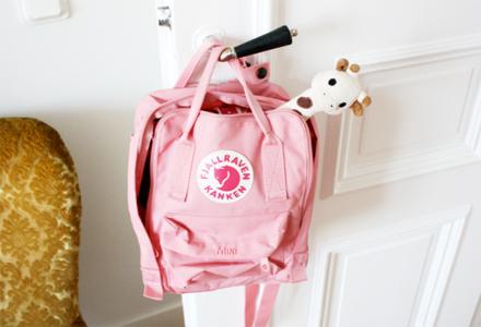 Den lilla fjällräven-väskan används flitigt. Lika bra att den får hänga framme!