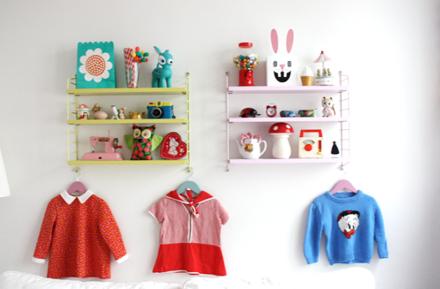 Barnklänningar får gärna hänga framme som dekoration.