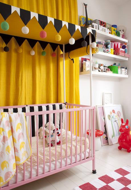 Den smarta anslagstavlan i barnrummet är en perforerad masonitskiva med gummiband och klämmor från matton.