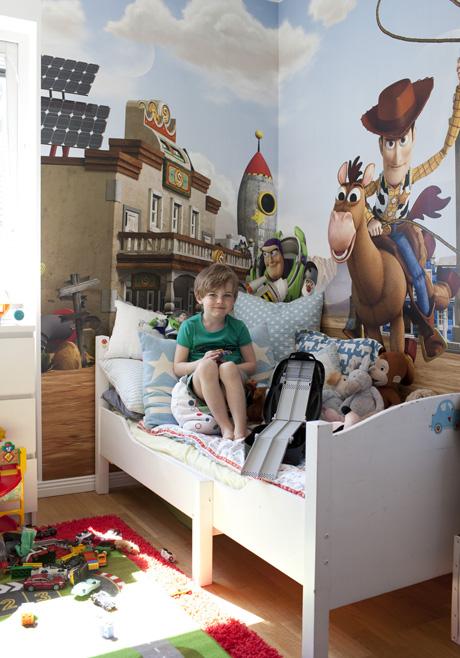 Theos barnrum. Tapet, Photowall. Säng, påslakan, båda från Farmhouse. Kuddar, Green Gate. Matta, Ikea.
