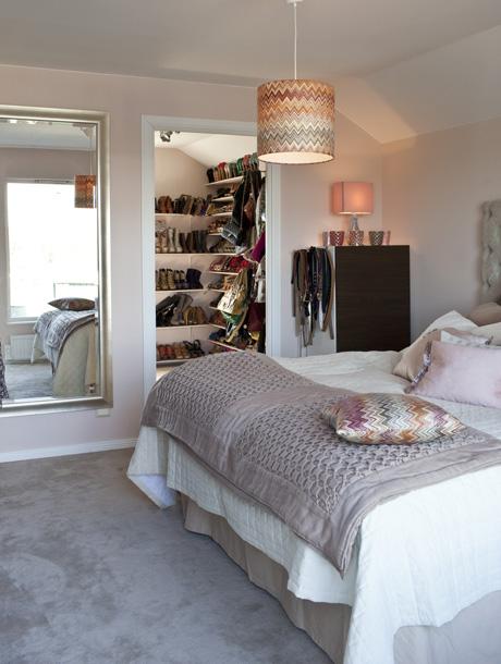 Pernilla Wahlgrens sovrum i skön hotellstil. Väggarna är målade i nyansen Balett, Alcro. Heltäckande matta, Silky, nyans 227790, Golvabia. Byrå, rosa lampa, båda från Ikea. Ljuslyktor, Lyxx Trend & Design. Taklampa Missoni.