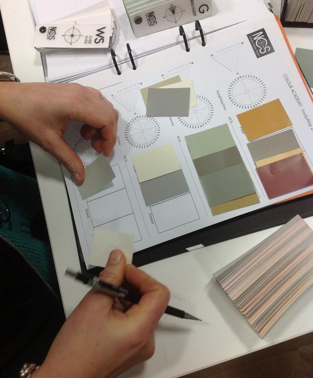 Övning i att skapa färgkombinationer för fasad, sockel och snickerier.