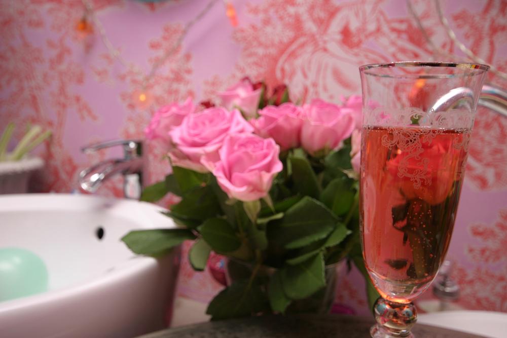 Rosa är verkligen Jennies färg så min gå bort-present blev rosa produkter från mataffären vilket var en väldigt roligt färgövning i sig. Inslaget i genomskinligt cellofan gav jag bort så skilda saker som marsipan, servetter, te, fjädrar och så en spännande sockerprodukt från Renée Voltaire.