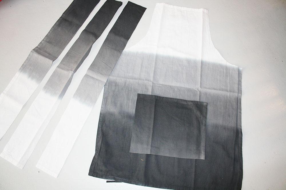 Klippt till tre remsor och en fyrkant till ficka från den andra handduken. Återanvänd sömmen på kanten på kökshandduken och använd som kant på fickan.