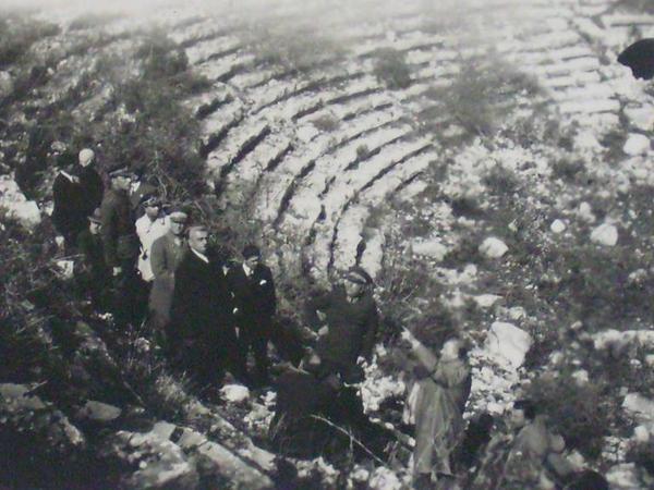 Atatürk Antlaya'da Aspendos Antik Tiyatrosu'nu incelerken.9 Mart 1930