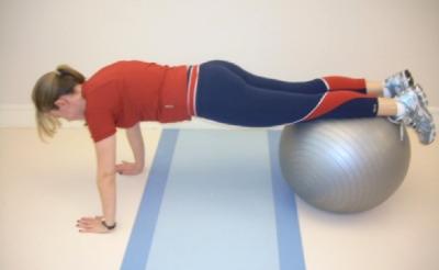 """Este exercício pode também ser realizado sem a bola (com a ponta dos pés no chão, como se fosse fazer uma flexão de braço), com o apoio das mãos ou ainda com apoio dos cotovelos (""""prancha"""")"""