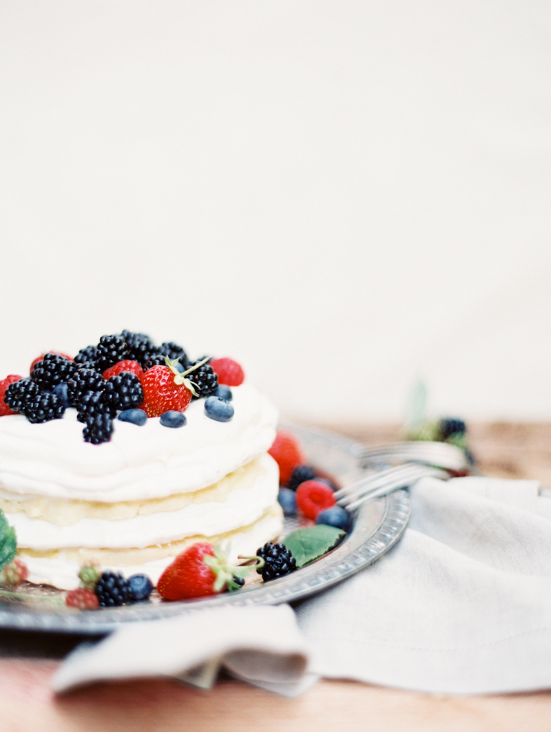 linnea-paulina-photography-blackberry-oregon-film-summer-wedding-berry-layer-cake.jpg