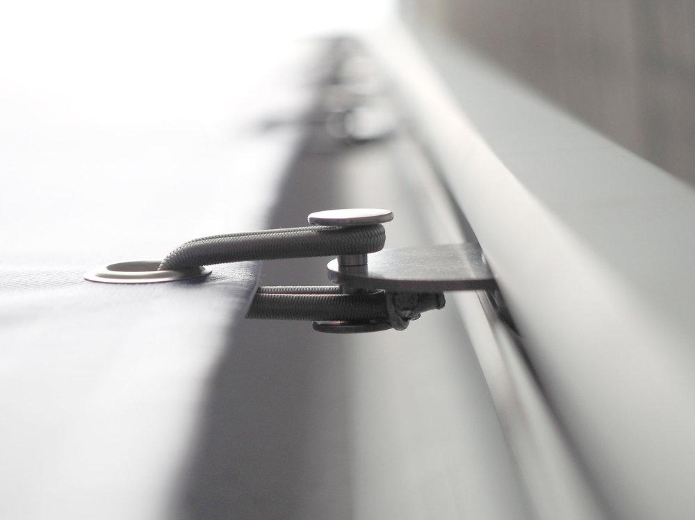 Die SPannschlaufen des Liftsystems LIGHT LIFT PRO Typ 2 sorgen für die optimale SPannung des Werbebanners