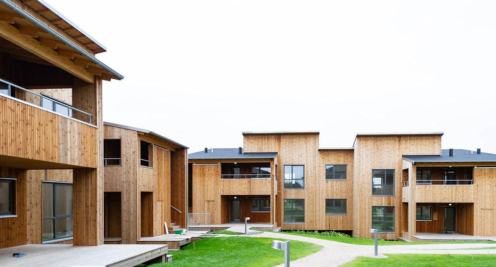 Træbyggeriet  Fremtidens Bæredygtige Almene Boliger (FBAB)  trækker tråde tilbage til det traditionsrige danske bygningshåndværk, og er samtidig tænkt ind i en planløsning, der fremmer fællesskab og samhørighed.