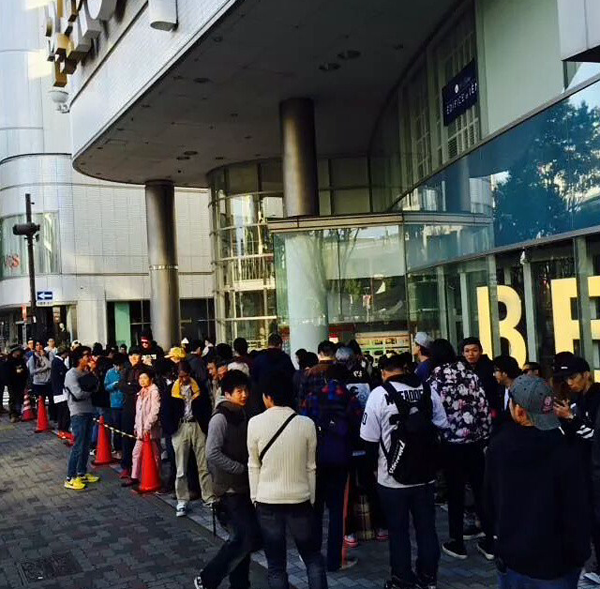 300-people-lined-up-for-air-jordan-6-slam-dunk-release-in-japan.png