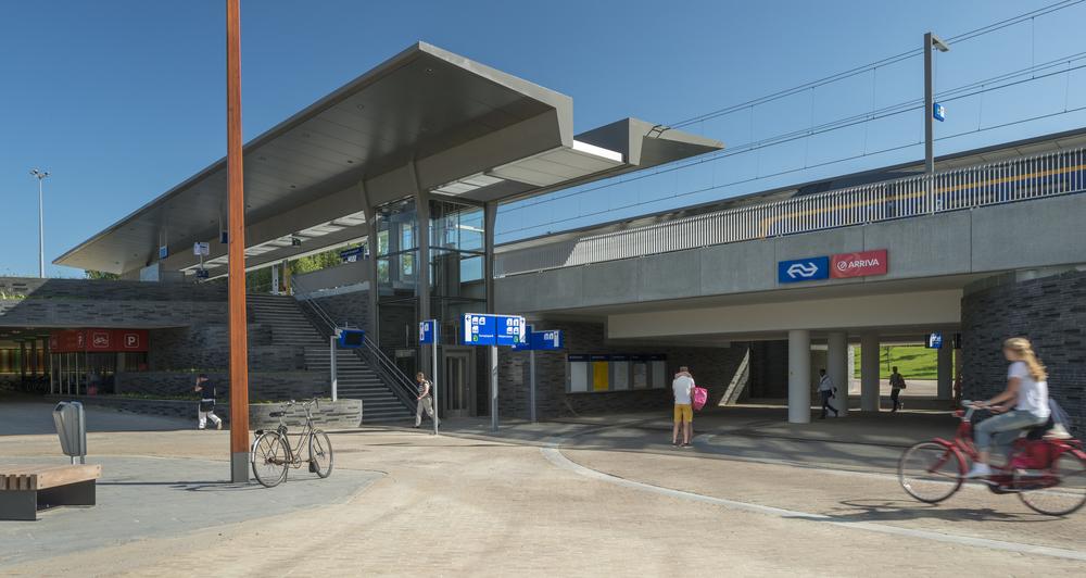 NS station Europapark Groningen mmv Ontwerpbureau Nol, ingenieursbureau Movares, Nieuw Stationsmeubilair Blom&Moors Den Bosch. Fotografie: Thea van den Heuvel/DAPh
