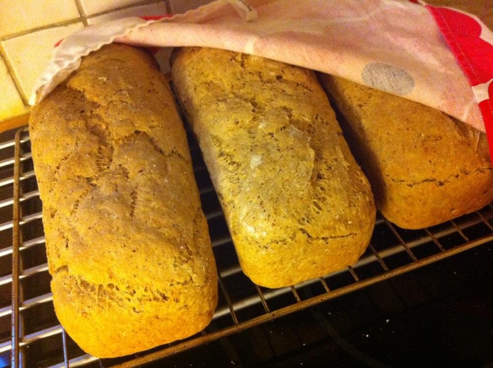 Men brød kan jeg i alle fall. 2 ladninger a 3 stk - og familien as er klar for en ny uke