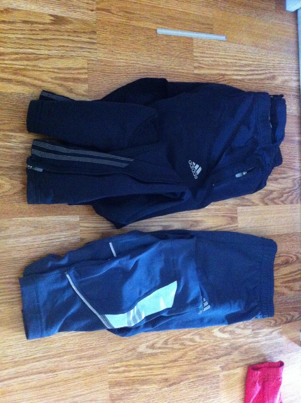Løpetights, en svart og en grå/blå med litt grønt nederst på beina. Begge str ca medium/38.