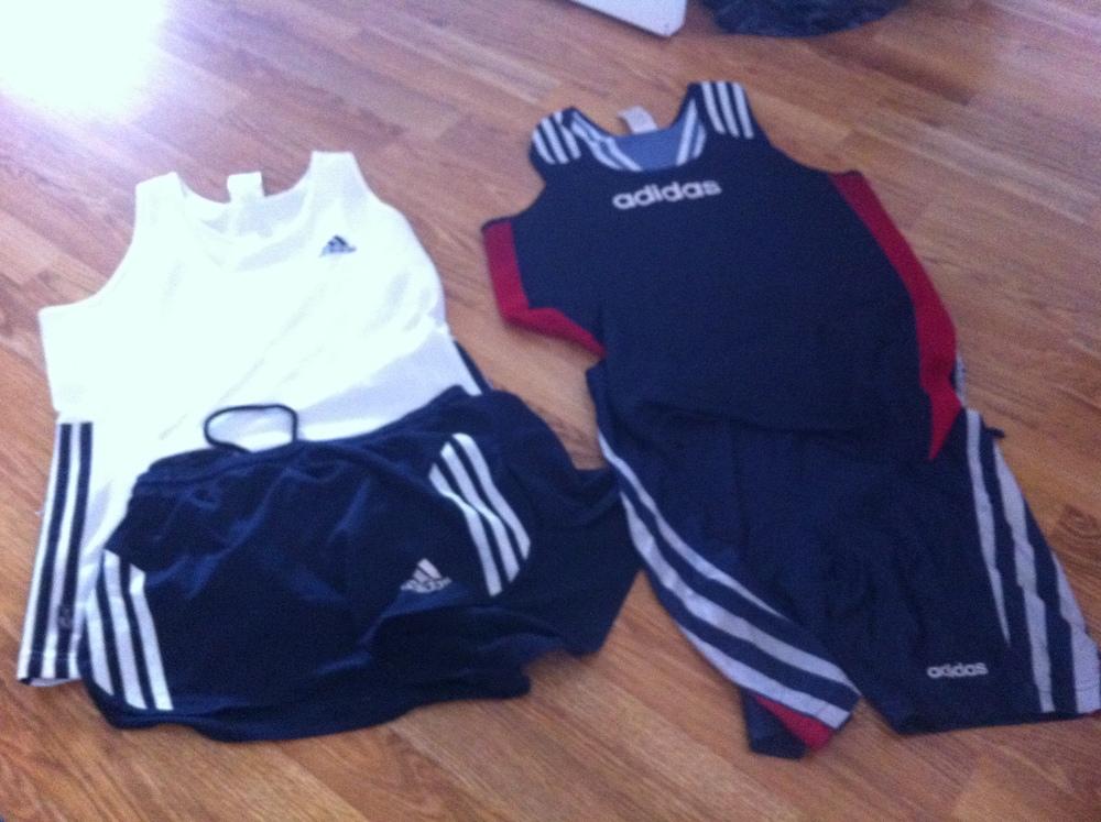 2 sett singlet + splitshorts, singlet + kort tights. Adidas
