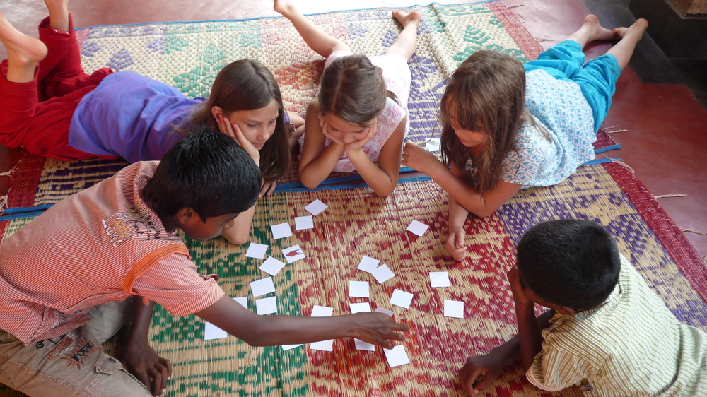 Här spelar skolbarnen Memory-spel tillsammans med indiska barn