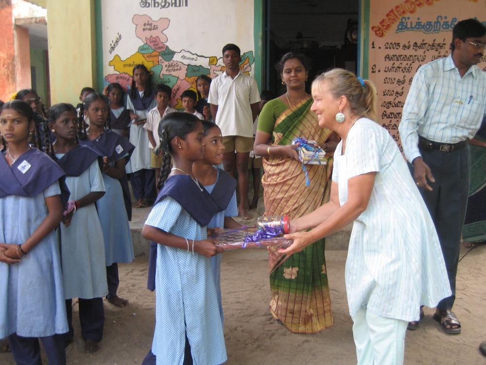 Invigning av ett skolbibliotek i byskola Tamil Nadu.