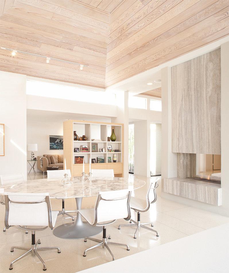 Eero-Saarinen-dining-table-chairs-play-up-midcentury-vibe.jpg