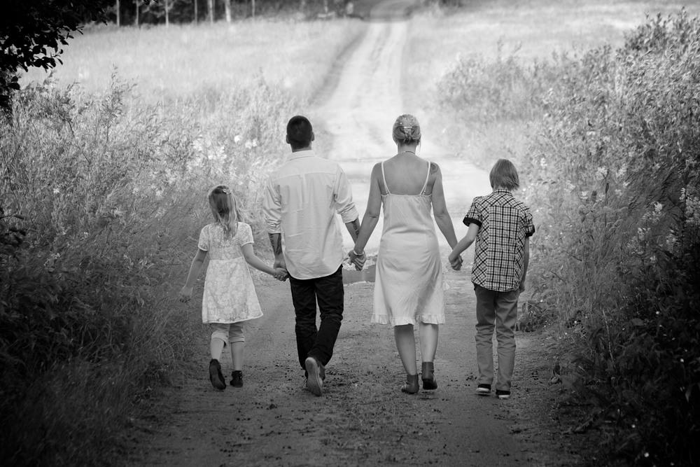 Familj går svartvitt.jpg