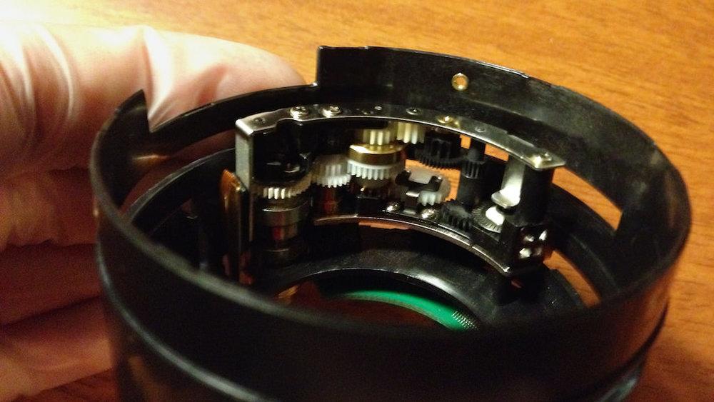 Här är autofokusmotorn i objektivet och den verkade vara intakt som tur var.