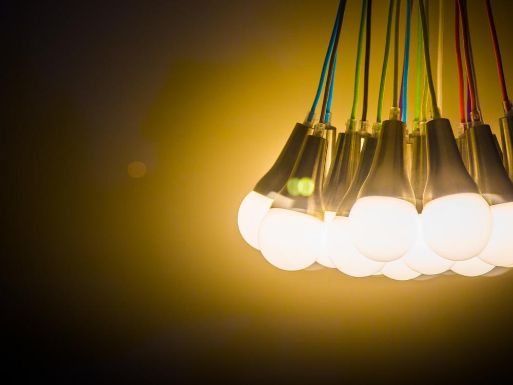 Lampor med färgglad sladd