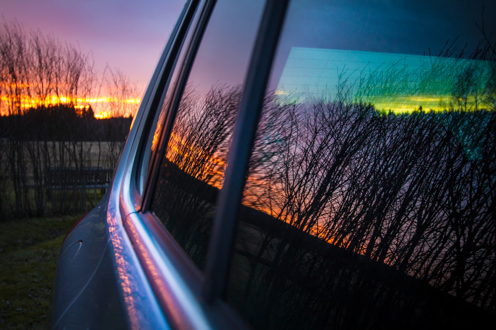 Solnedgång reflektion i bilfönster