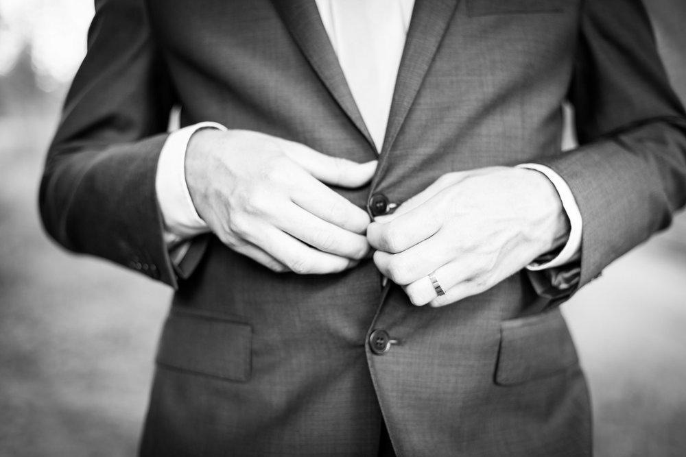 Brudgum händer svarvitt.jpg